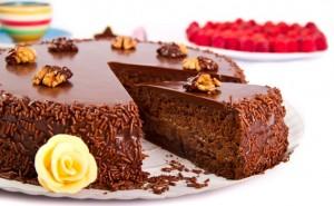 reteta-tort-cu-ciocolata-si-alune-impresioneaza-ti-invitatii-la-masa-de-craciun-cu-un-desert-savuros_size2